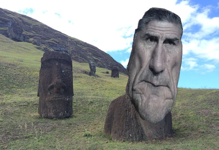 In a touching thank you to Edgardo Bauza, a group of Rosario Central fans splash out to officially name one of Easter Island's moai after the legendary coach. The inauguration ceremony goes pear-shaped when, confused by the uncanny resemblance, local authorities attempt to prevent Bauza from leaving the island.