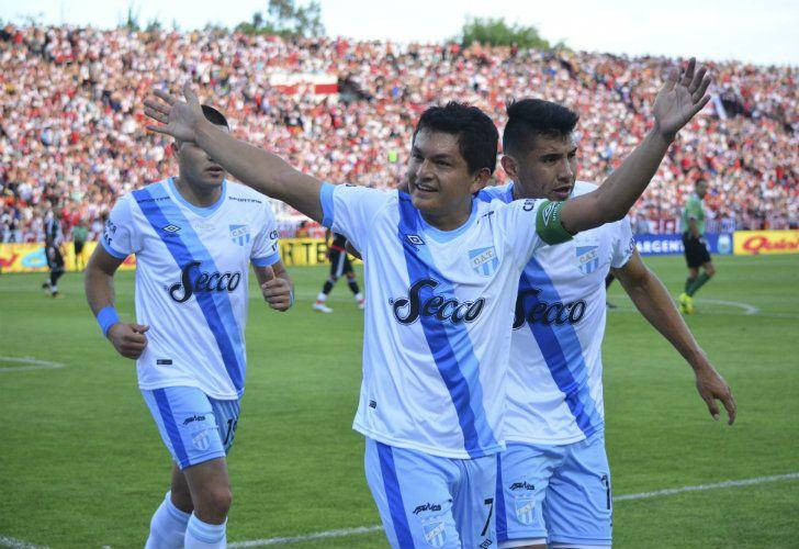 Luis Rodríguez (centre) has shocked fans of Atlético Tucumán by signing for Colón de Santa Fe.