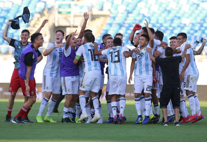Argentina celebrate after defeating Uruguay 2-1 on Thursday.