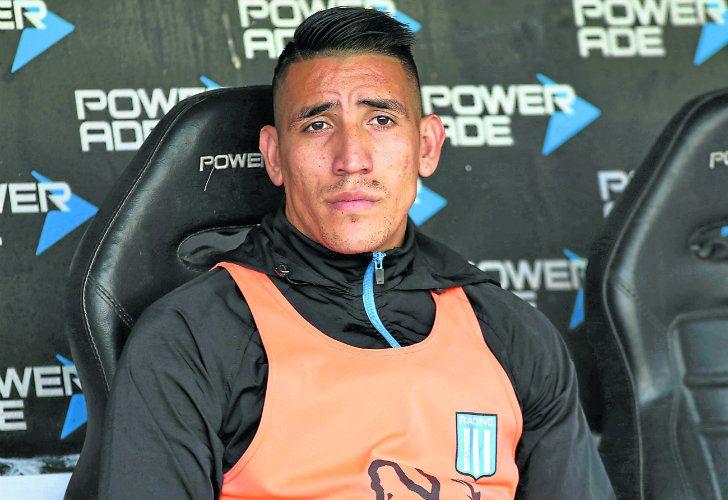 Ricardo Centurión warms the bench.