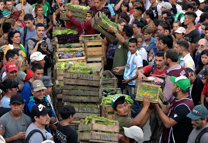 Farmers prepare to give away vegetables during a protest against the government at the Plaza de Mayo, outside the Casa Rosada.