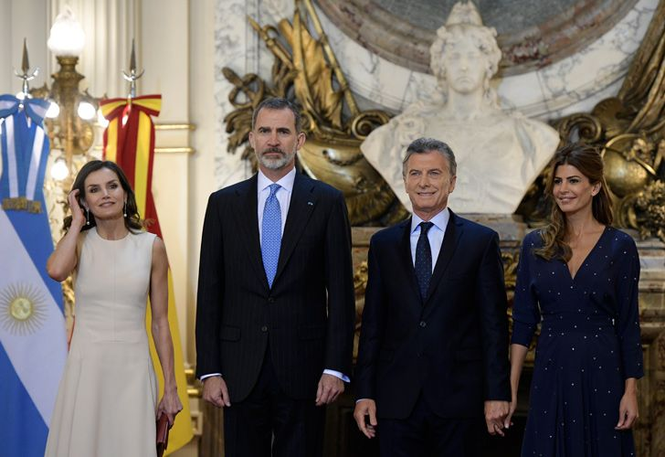 Spain's King Felipe VI (2-L), his wife Queen Letizia (L), President Mauricio Macri (2-R) and his wife First Lady Juliana Awada pose for pictures during the welcoming ceremony at Casa Rosada Presidential Palace in Buenos Aires on March 25, 2019.