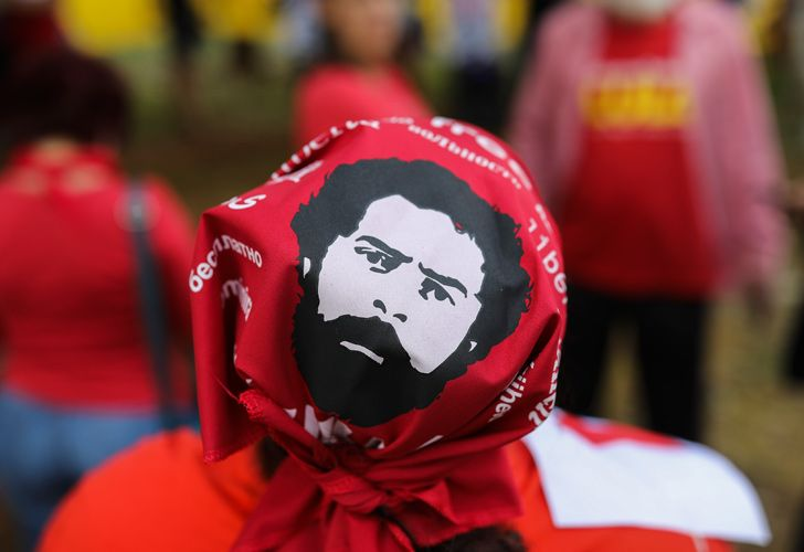 A supporter of former Brazilian president Luiz Inácio Lula da Silva demonstrates outside the Superior Court of Justice (STJ) during a hearing judging an appeal against his conviction in Brasilia on April 23, 2019.