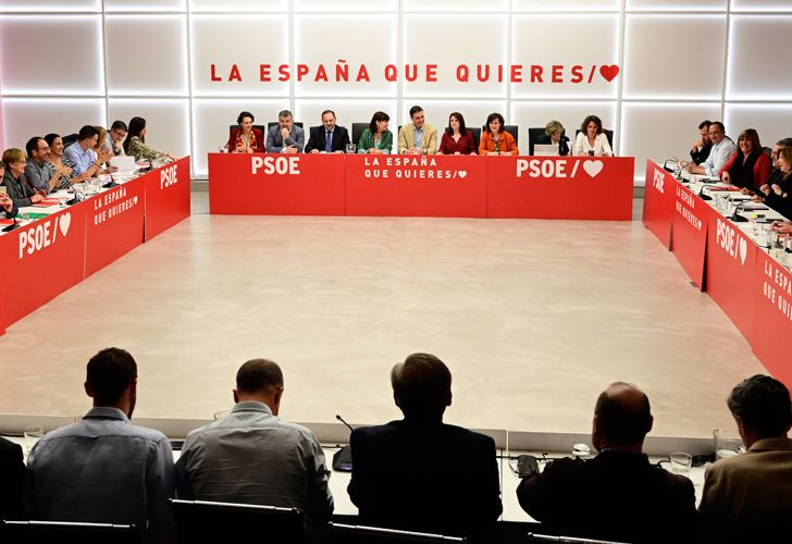 Spanish Prime Minister Pedro Sanchez (C) chairs a Socialist Party (PSOE) meeting in Madrid on April 29, 2019 a day after winning general elections. Spain faces weeks of coalition talks after Sanchez's Socialists won snap elections without a majority, splitting the right-wing bloc but letting ultra nationalists into parliament.