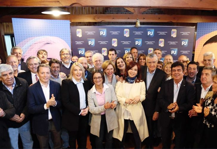 Cristina Fernández de Kirchner and PJ leaders pose for a photograph after a meeting of the Justicialist Party's National Council.